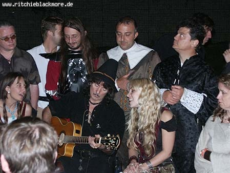 http://www.ritchieblackmore.de/gallery/cache/vs_2004_bn-2004-0027-jpg.jpg