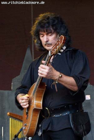 http://www.ritchieblackmore.de/gallery/cache/vs_2006_bn-2006-0010-jpg.jpg